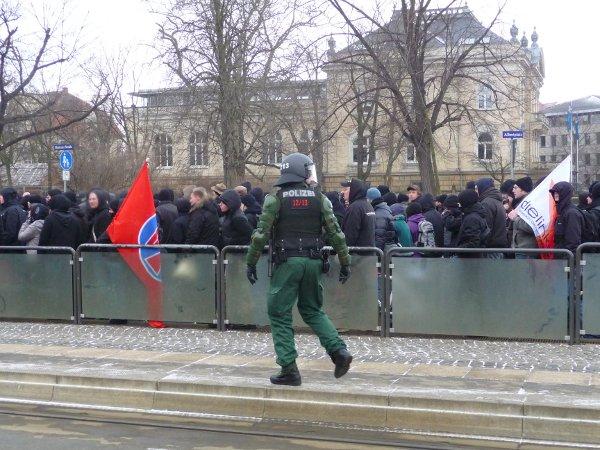 Demo startet am Albertplatz - Fahne der Linken und Fahne der Falken