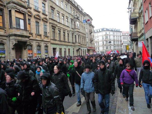 Hoyerswerdaer Straße - die Demo ist bunt