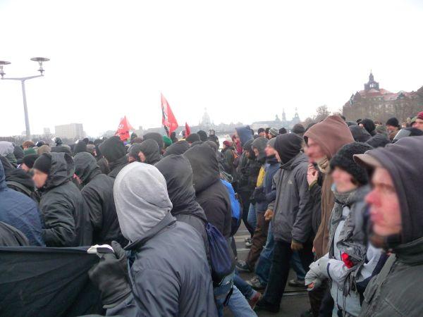 Albertbrücke und Panorama - auch das Ende der Demo geht in Ketten