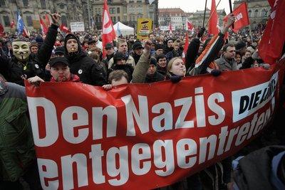 Teilnehmer eines Demonstrationszuges unter dem Motto «Geh Denken!» stehen am vergangenen Samstag in der Innenstadt von Dresden auf dem Theaterplatz zur Abschlusskundgebung. (FOTO: DDP)