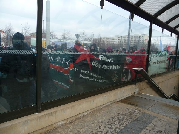 Pirnaischer Platz, Unterführung - Transpis hinter der Scheibe
