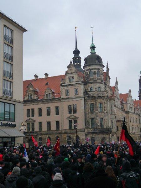 'Am Schloss' wie das Café links verheißt, war Schluss. Bis hierhin hatte sich die Demo nach der von der Polizei provozierten Auflösung vorkämpfen können - die Polizeiblockade mühsam auf der Demoroute entlangschieben müssen.