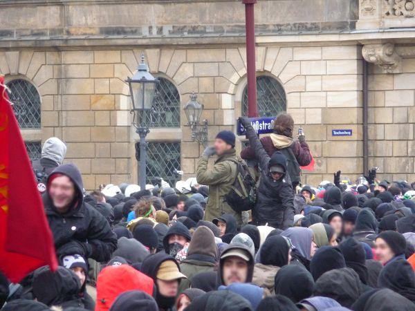 gestoppte Demo auf der Schloßstrasse nach Verschiebung der Bullenkette auf der Demoroute - Straßenschild hinten: Taschenberg