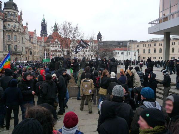 aufgehaltene Demo auf der Schloßstraße - rechts letzte Ecke vom Kulturpalast - Blick zur Elbe, mit Spitze der Hofkirche (die Hofkirche trennt den Schlossplatz vom Theaterplatz, beide Plätze auf der von der Polizei verhinderten genehmigten Demoroute)