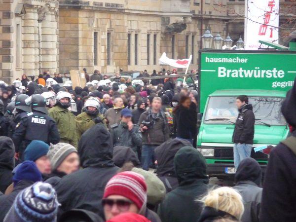 gestoppte Demo auf Schloßstrasse mit Schloss, Durchgang zum Schloßplatz - hausmacher Bratwürste