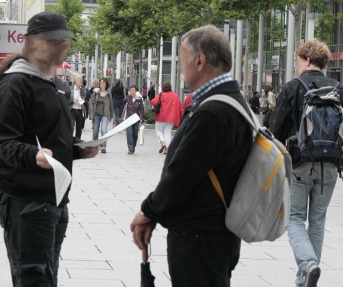 Flyerverteilen bei der spontanen Kundgebung des AK Antifa auf der Prager Straße in Dresden