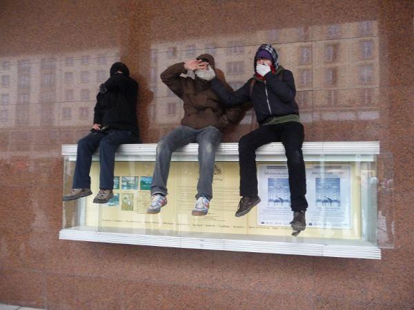 örtlich zurück: Kulturpalast, von der Wilsdruffer Straße aus gesehen, an der Wand des Kulturpalast spiegeln sich die Häuser des gegenüberliegenden Altmarkts - die Drei: vermummt, vermummen lassen, sich vermummen