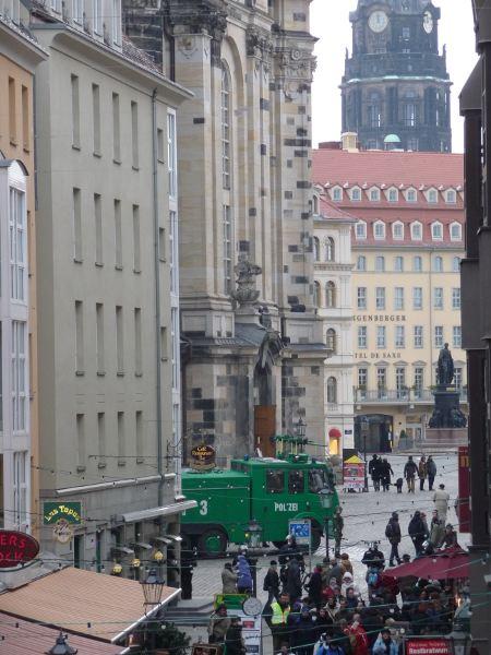 Neumarkt, Blick an der Frauenkirche und am Martin-Luther-Denkmal vorbei zum Rathausturm - der Wasserwerfer betätigt sich als Touristenschreck: 'Räumen sie den Neumarkt Richtung Augustusbrücke'
