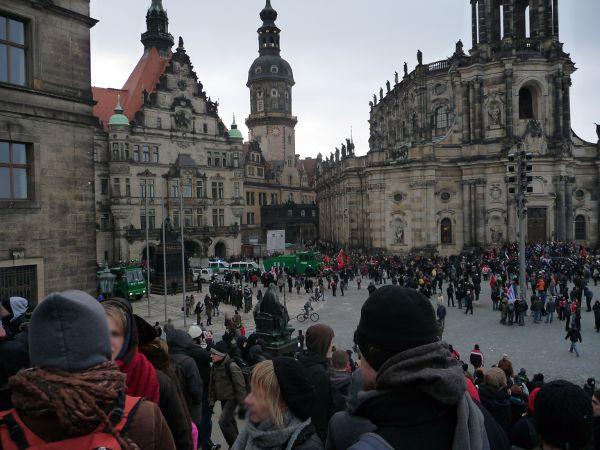 Der Schlossplatz von der Brühlschen Terasse aus gesehen: Geradezu das Schloss mit Brücke zur Hofkirche. Wo ist die Demo geblieben?