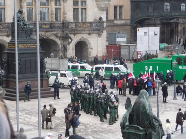 Schloßplatz: Friedrich August der Gerechte sitzt rum und guckt auf die Polizeikolonne mit Wasserwerfer, die von da herkommt, wo eigentlich laut Demoroute die Demo hätte entlangkommen sollen, nämlich aus der Schloßstraße.