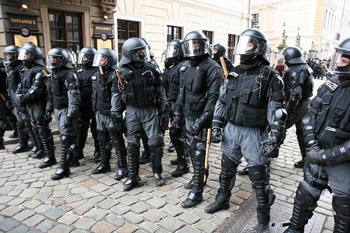 Cops mit Bambusstöcken