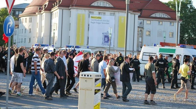 Naziaufmarsch am 17. Juni 2010 in Dresden - beschäftigt sich hier lieber mit den zahlreichen GegendemonstrantInnen