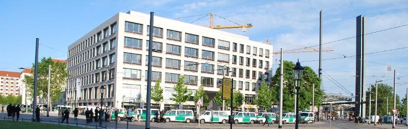 abgeschirmte Kundgebung gegen den Naziaufmarsch am 17. Juni 2010 in Dresden